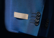Jackenärmel mit einem Aufkleber Lizenzfreie Stockfotografie