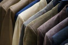 Jacken am Mann-Mode-Speicher Stockbild