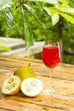 Jackfruit e suco verdes do bebê no fundo de madeira Fruta para a saúde Fotografia de Stock