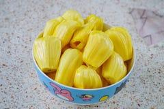 Jackfruit, rebanadas dulces frescas del jackfruit en una taza imagen de archivo