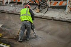 Jackhammer pracownik budowlany w zbawczej kamizelce obraz stock