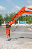 Jackhammer und bohrendes Gleiskettenfahrzeug drehen Fahrzeug auf Baustelle Lizenzfreie Stockbilder