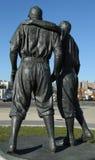 Jackie Robinson och kissar den WeeReese statyn i Brooklyn framme av MCU-basebollarenan Royaltyfria Bilder
