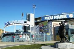 Jackie Robinson och kissar den WeeReese statyn i Brooklyn framme av MCU-basebollarenan Fotografering för Bildbyråer