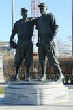 Jackie Robinson och kissar den WeeReese statyn i Brooklyn framme av MCU-basebollarenan Arkivfoto