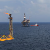 Jacks Ölplattform oben, Aufflackernboom und Mannschaftsboot Stockfotografie