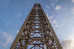 Jacks Ölplattformbein oben mit blauem Himmel wenn fast völlig oben Stockfotografie