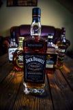Jacks Daniels flaska för whisky för Frank Sinatra upplaga på träpaletttabellen med andra whiskyflaskor i bakgrunden arkivfoton