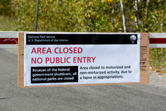 JACKSON HOLE, WYOMING/USA - OCTOBER 1 : US National Parks closure sign at entrance to the Grand Tetons National Park in Wyoming o royalty free stock photos