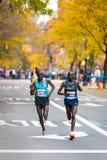 Jackson Kiprop (Oeganda) en Stephen Kiprotich (Oeganda) stellen de 2013 NYC Marathon in werking Stock Foto's