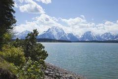 Jackson Lake au-dessous de la gamme de montagne grande de Teton Photo libre de droits