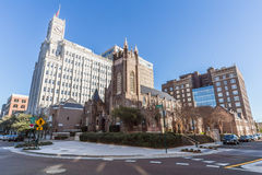 Jackson, MS/USA - circa febrero de 2016: Catedral episcopal de Lamar Life Building y de St Andrew en Jackson céntrica Fotos de archivo