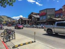 Jackson, Wyoming Straat met oude huizen en auto's stock foto
