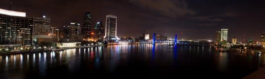 Jacksonville bij (panoramische) nacht royalty-vrije stock afbeelding