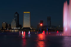 Jacksonville, FL Nightscape met Vriendschapsfontein Stock Fotografie