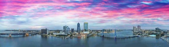 Jacksonville linia horyzontu przy zmierzchem, piękny panoramiczny widok zdjęcia royalty free