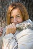 Jackte maduro amigável do inverno da mulher exterior foto de stock