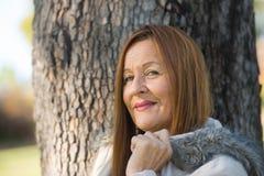 Jackte maturo amichevole di inverno della donna all'aperto Fotografie Stock Libere da Diritti