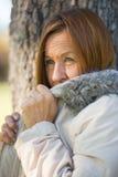 Jackte maturo amichevole di inverno della donna all'aperto Immagine Stock