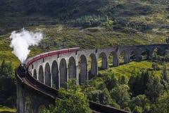 Jacobite在Glenfinnan高架桥的蒸汽火车在海湾希尔斯, Mallaig,高地,苏格兰 免版税图库摄影