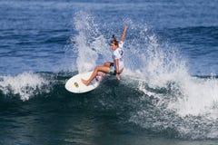Jacqueline Silva, das auf den Hawaiianer Pro surft lizenzfreie stockbilder