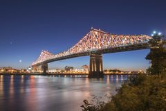 Jacques Cartier-Brücke an der Dämmerung stockfoto
