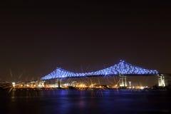 Jacques Cartier Bridge Illumination en Montreal, reflexión en agua 375o aniversario de Montreal's Imagenes de archivo