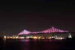 Jacques Cartier Bridge Illumination en Montreal, reflexión en agua 375o aniversario de Montreal's Imágenes de archivo libres de regalías