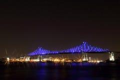 Jacques Cartier Bridge Illumination en Montreal, reflexión en agua 375o aniversario de Montreal's Fotos de archivo
