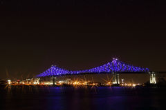 Jacques Cartier Bridge Illumination a Montreal, riflessione in acqua Anniversario di Montreal's 375th Fotografia Stock