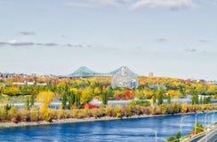 Jacques-Cartier Bridge in Montreal, im automn mit dem Biodome im Vordergrund Lizenzfreie Stockfotos