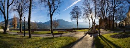 Jacques Gelu Square em Embrun, inverno, Hautes-Alpes, França imagem de stock
