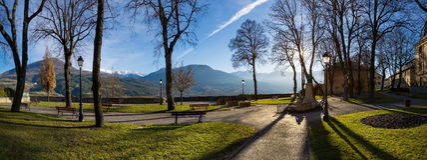 Jacques Gelu Square i Embrun, vinter, Hautes Alpes, Frankrike fotografering för bildbyråer