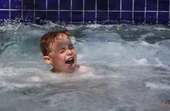 jacuzzi мальчика смеется над спой Стоковые Изображения