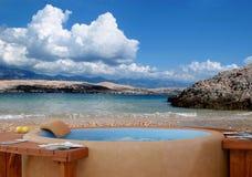 Jacuzzi alla spiaggia con il cielo nuvoloso Fotografie Stock Libere da Diritti