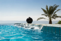 Jacuzzi de piscine d'infini, l'eau azurée Mode de vie de luxe, concept tropical de station de vacances Images libres de droits