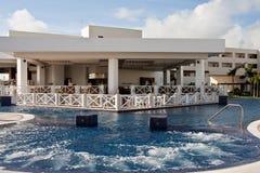 Jacuzzi die in Tropische Pool wordt gebouwd Royalty-vrije Stock Afbeeldingen