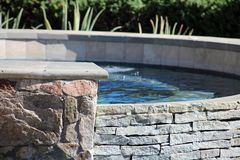 Jacuzzi espanhol luxuoso da associação do estilo quente com a fonte luxuosa da característica da água na casa de campo lindo com  imagens de stock royalty free