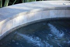 Jacuzzi espanhol luxuoso da associação do estilo quente com a fonte luxuosa da característica da água na casa de campo lindo com  fotos de stock