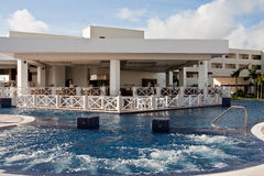 Jacuzzi incorporado a piscina tropical Imágenes de archivo libres de regalías
