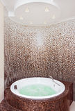 Jacuzzi redondo blanco en cuarto de baño moderno Imágenes de archivo libres de regalías