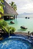 Jacuzzi und Unbegrenztheitspool über tropischem Ozean Lizenzfreies Stockfoto