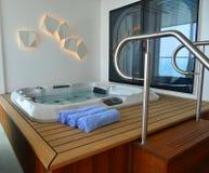 Jacuzzi van luxecabine bij cruisevoering stock foto