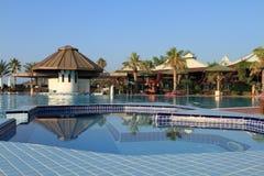Jacuzzi y piscina en un centro turístico Imágenes de archivo libres de regalías
