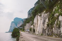 Jadący na scenicznej drodze wzdłuż Jeziornego Gardy, Włochy młodzi dorośli Europejczyka wakacje, życie styl, architektura i podró Obraz Stock