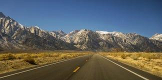 Jadący USA drogę 395 Owens Dolinny Kalifornia Sierra Nevada zdjęcie stock