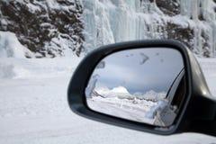 Jadący w śniegu, odbicie na skrzydłowym lustrze Obraz Stock