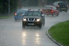 Jadący w deszczu, ekstremum pogoda fotografia stock