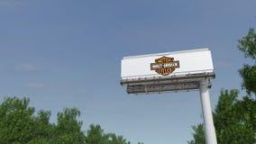 Jadący w kierunku reklamowego billboardu z Harley-Davidson, Inc logo Redakcyjny 3D odpłaca się 4K klamerkę zbiory wideo