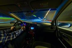 Jadący w nocy scenerii, ręki na kierownicie, noc podeszczowy czas Zdjęcie Stock
